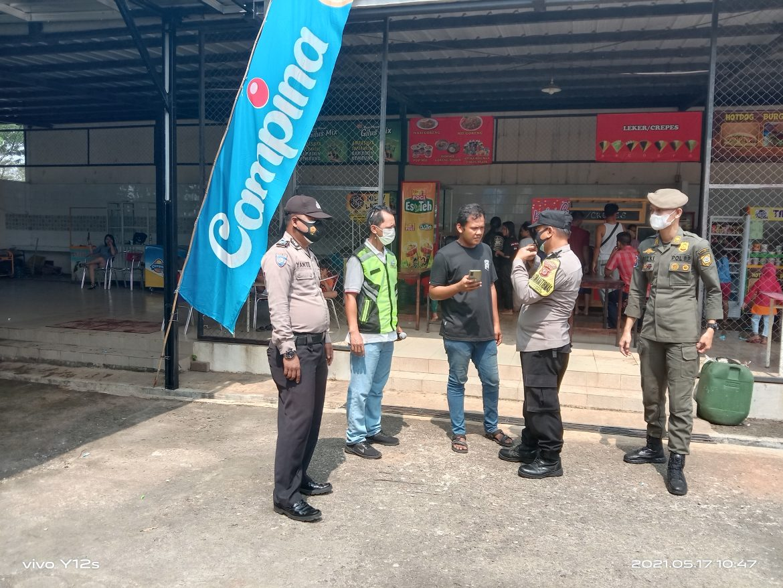 Bhabinkamtibmas Polsek Cileungsi Melakukan Prokes Mikro di Wahana Air Fun Park Water Boom Grand Nusa Indah