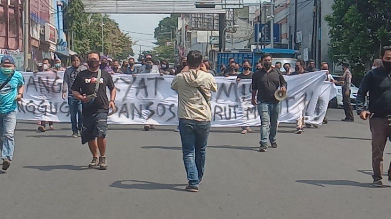Carut Marut Program Bansos di Ciamis, PPLC Menggelar Aksi Ke Bank Mandiri Ciamis