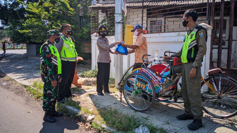 Tukang Becak Dapat Bansos PPKM Darurat Oleh Polisi