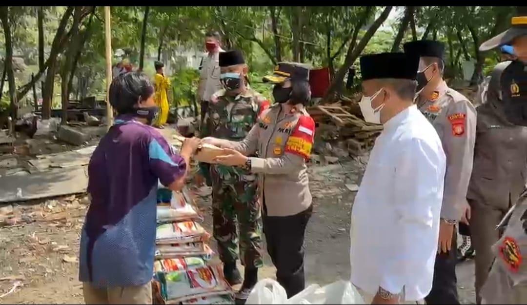 Tiga Pilar Tanjung Duren Menyalurkan Bantuan (Kepada Warga Yang Tengah Menjalani Isolasi Mandiri (Isoman) Di Wilayah Jelambar, Grogol Petamburan, Jakarta Barat
