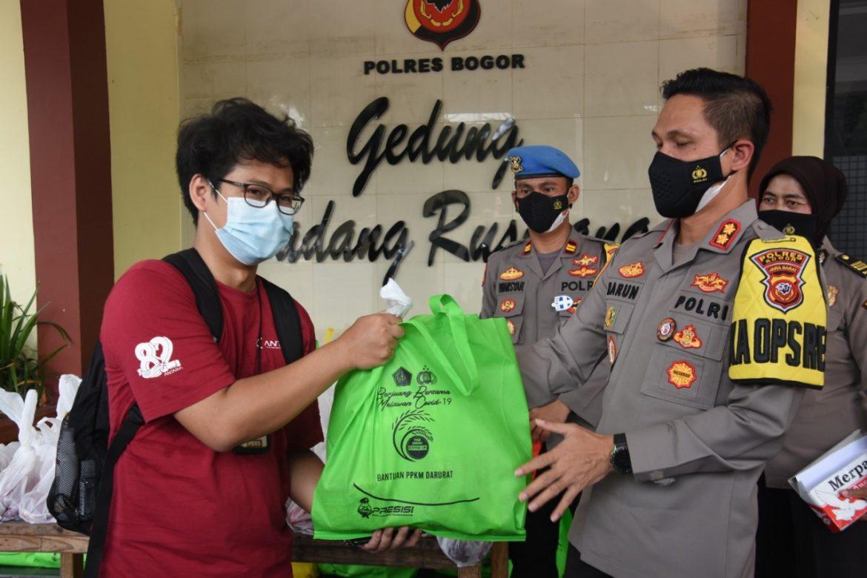 Polres Bogor Bagikan Daging Kurban dan Paket Sembako Bagi Masyarakat Terdampak Covid 19