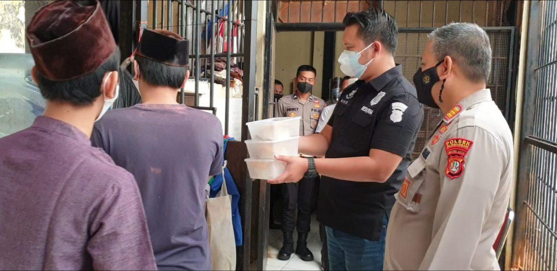 Polsek Kembangan Menyiapkan Makanan Siap Saji Untuk Para Tahanan