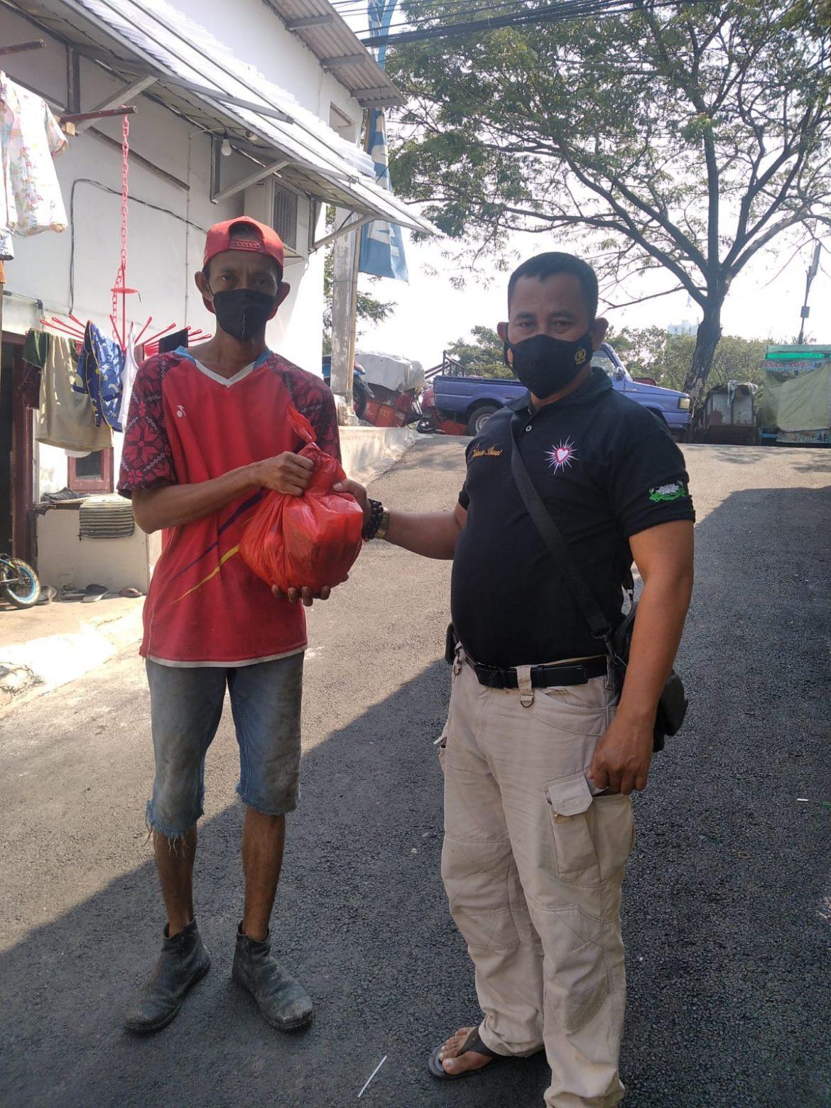 Aksi Peduli: Ketua DPP LPPK DKI Jakarta Salurkan Batuan Paket Sembako kepada Warga Tidak Mampu dan Pakir Miskin di Saat Pandemi Covid 19