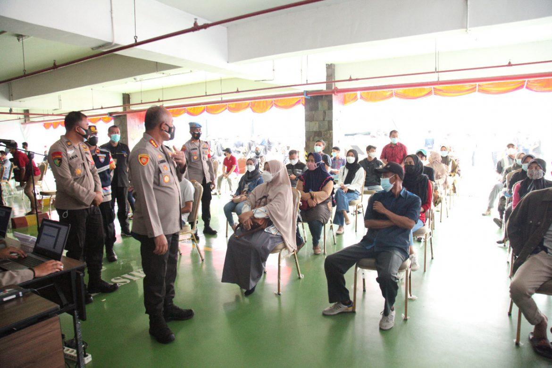 Alumni AKPOL 91 Bersama Polresta Bandara Soetta Menggelar Vaksinasi Dan  Pembagian Sembako