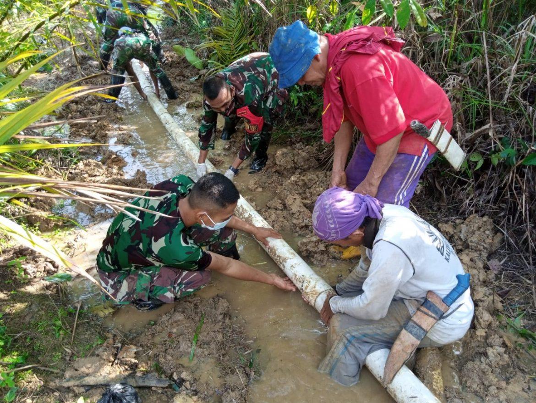 Satgas Pamtas Yonif Mekanis 643/WNS Bantu Perbaiki Pipa Saluran Air Yang Rusak Di Perbatasan