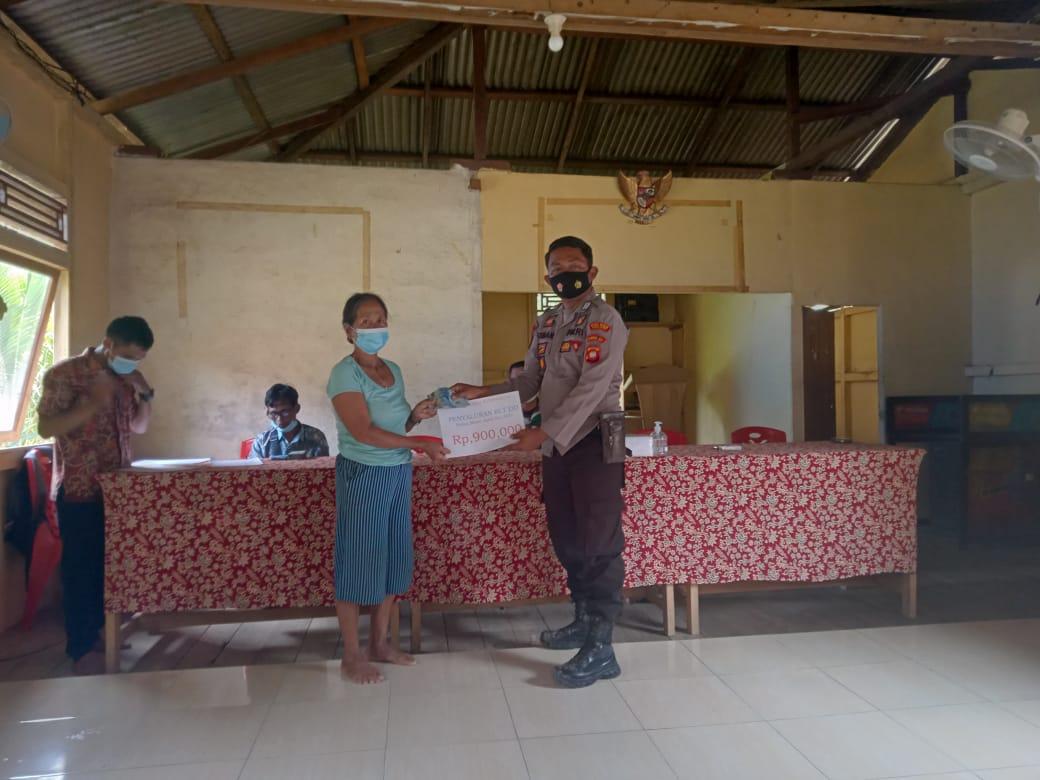 Bhabinkamtibmas Polsek Ella Hilir Tertibkan Prokes di Desa Nanga dalam Pembagian BST