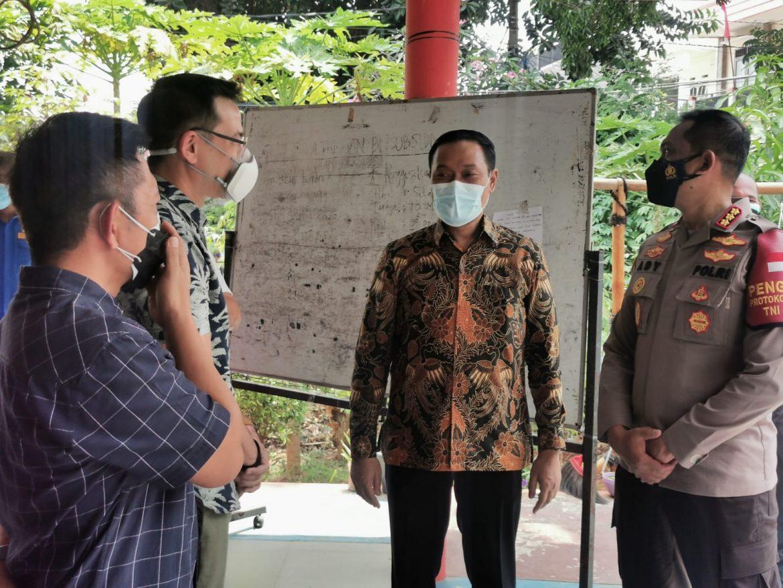Staff Ahli Kemenpan Bersama Aktor Ari Wibowo Mengunjungi Lokasi Vaksinasi Di Cengkareng Jakarta Barat.