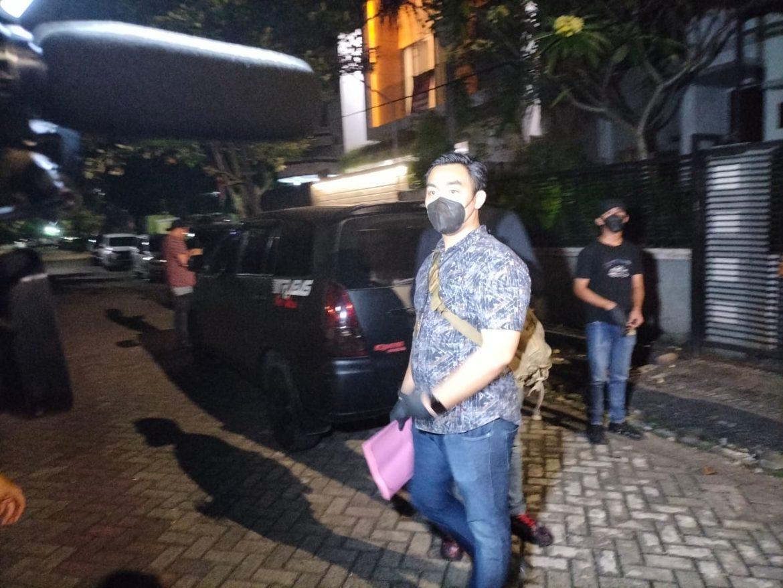 Satreskrim Polres Metro Jakarta Barat Menggeledah Rumah Pelaku Penipu Berkedok Orang Utusan Presiden Joko Widodo