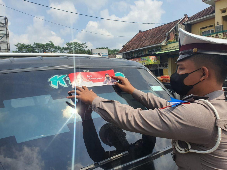 Satlantas Polres Ciamis Gelar Lakukan Penempelan Stiker Ajakan Pakai Masker Guna Menumbuhkan Kesadaran Masyarakat Agar Patuhi Prokes