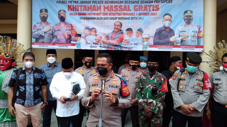 Dalam Rangka Menyambut Hari Kesaktian Pancasila Kapolres Metro Jakarta Barat Kunjungi Khitanan Massal Gratis