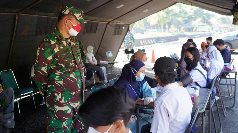Danrem 061/Sk Tinjau Vaksinasi ke 2 Untuk Pelajar Kerjasama Kadin Kota Bogor Di Yonif 315/Grd