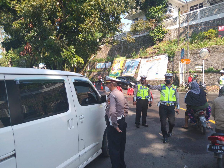 Weekend, Polisi Berlakukan Ganjil Genap Memasuki Kawasan Wisata Sambil Bagikan Masker