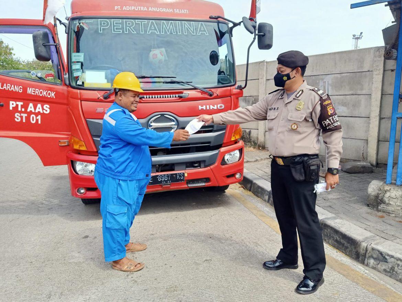 Polisi Galakkan Pembagian Masker Bagi Pengunjung Pelabuhan Dimasa PPKM