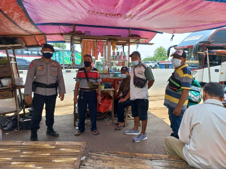 Datangi PKL, Sat Brimob Polda Jabar Himbau Prokes Tetap Diterapkan Sambil Bagi Bagi Masker Ditengah PPKM