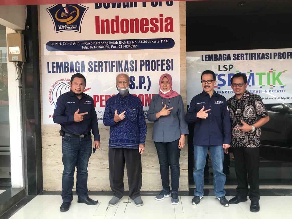 Ketua Tim Full Assesment dari BNSP Menyerahkan Berkas Hasil Assesment Penuh kepada Ketua LSP Pers Indonesia di Kantor LSP