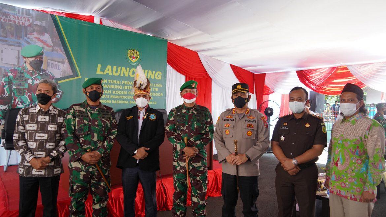 Brigjen TNI Achmad Fauzi Sampeikan Korem 061/Sk Salurkan Bantuan Tunai Pedagang Kaki Lima dan Warung (BTPKLW) Untuk 14.200 Warga