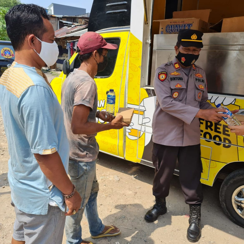 Jajaran Polsek Tanjung Duren Polres Metro Jakarta Barat Bagikan Makanan Gratis kepada Masyarakat yang Terdampak Wabah Covid-19
