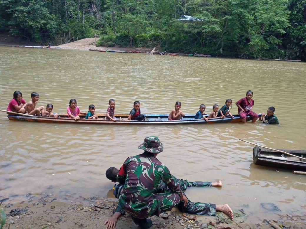 Wujudkan Cita-Cita, Satgas Pamtas Yonif Mekanis 643/Wns Ajarkan Berenang anak-Anak Di Perbatasan