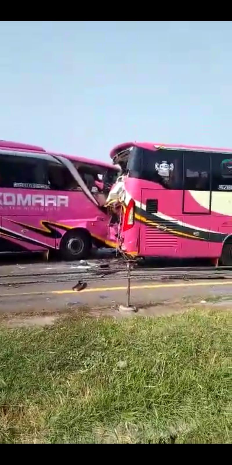 Akibat Kurang Jaga Jarak,Bus KOMARA Tabrakan Beruntun Di Tol Merak