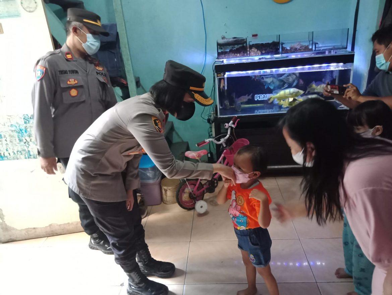 Kapolsek Tanjung Duren Mengunjungi Khanza Anak Yang Harus Kehilangan Orang Tua Nya Akibat Covid-19