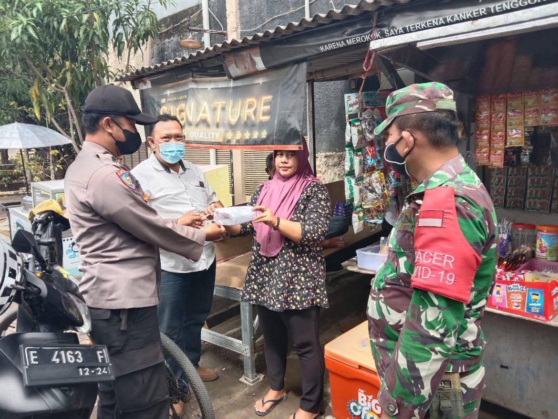 Sinergitas TNI- POLRI Tanpa Lelah Bagikan Masker Gratis Untuk Warga Desa Kalikoa