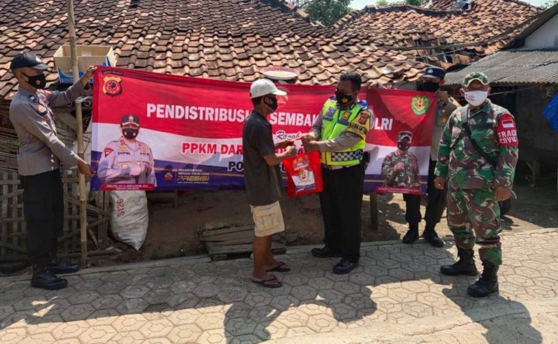 Bantu Warga Dimasa PPKM, Polisi Terus Bagikan Bansos Sembako Secara Door To Door Di Subang