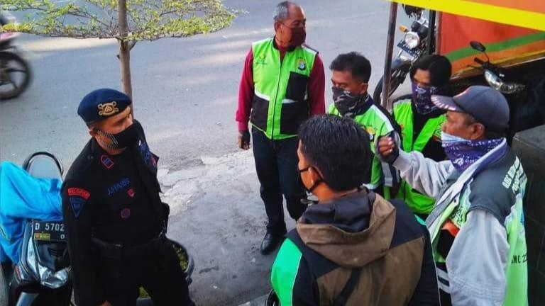 Patroli Sat Brimob Polda Jabar Sampaikan Prokes Dan Bagikan Masker Ke Para Ojek